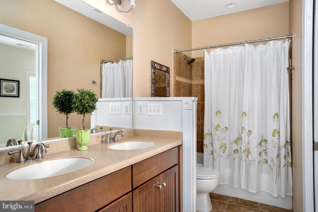 Jack and Jill bathroom with dual sinks - 43768 RIVERPOINT DR, LEESBURG