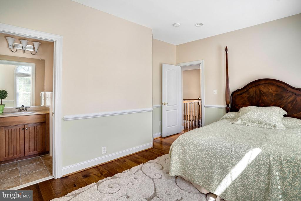 Bedroom attached to Jack and Jill bathroom - 43768 RIVERPOINT DR, LEESBURG