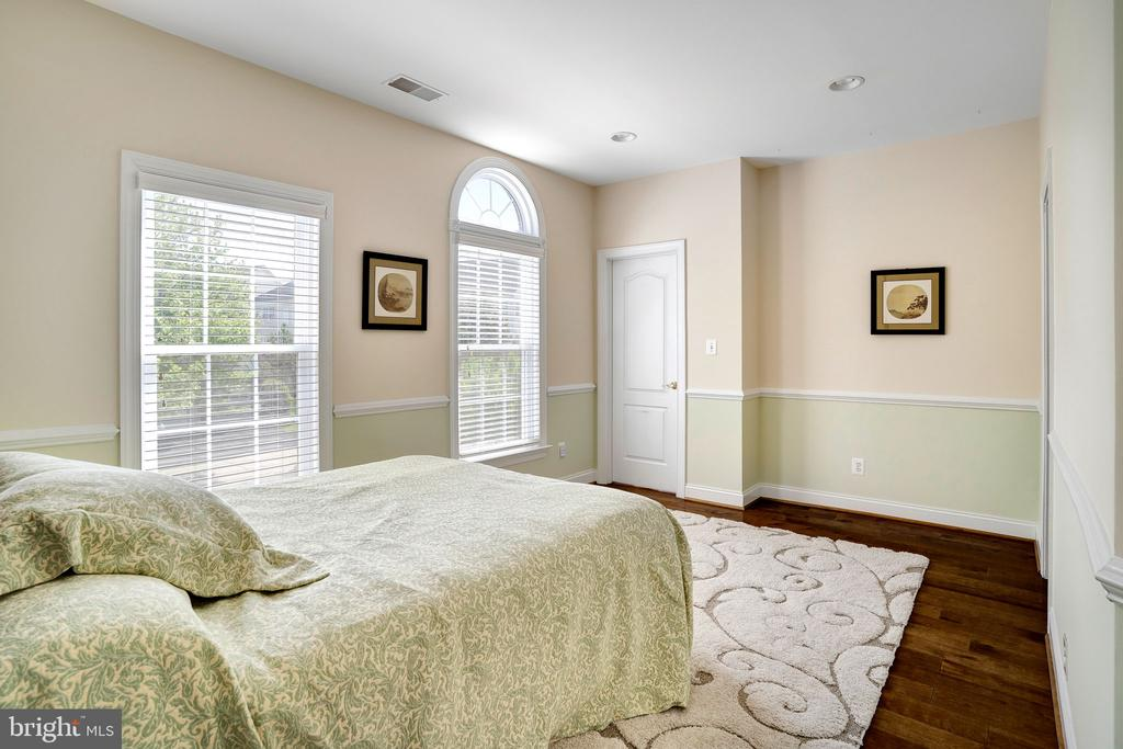 Bedroom features walk-in closet with organizers - 43768 RIVERPOINT DR, LEESBURG