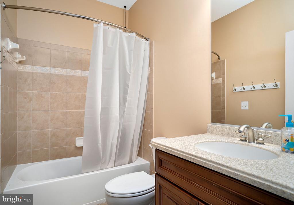 En-suite bathroom off bedroom - 43768 RIVERPOINT DR, LEESBURG