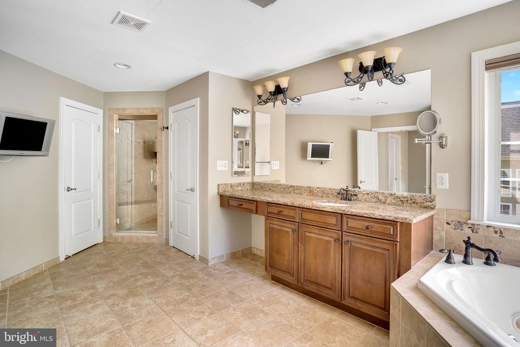 Separate vanities and enclosed toilet room - 43768 RIVERPOINT DR, LEESBURG