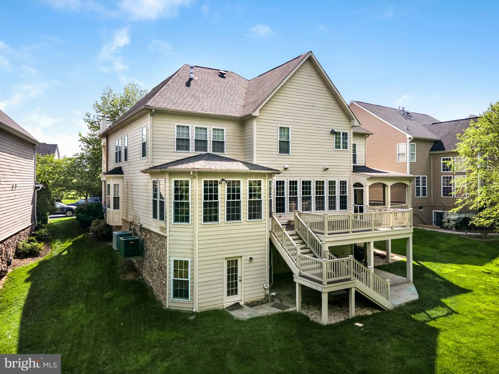This home has it all and move-in ready - 43768 RIVERPOINT DR, LEESBURG