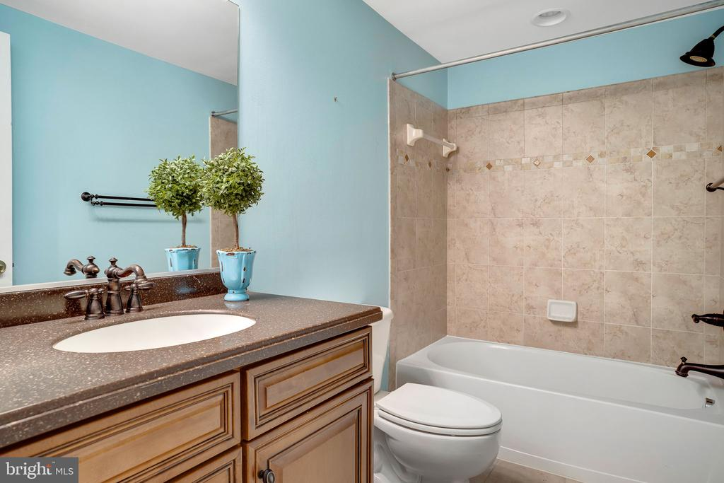 Full bath with solid surface countertop - 43768 RIVERPOINT DR, LEESBURG