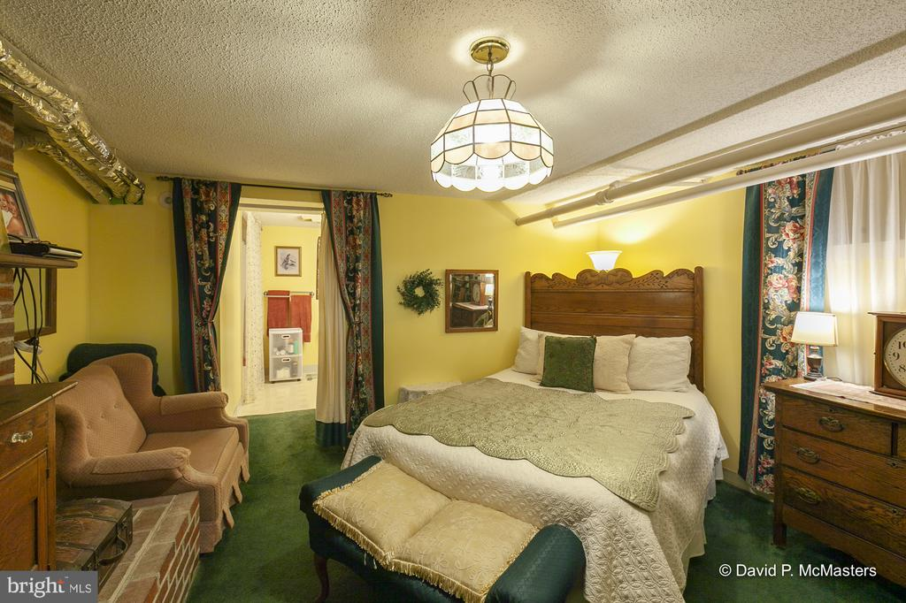 Lower level Innkeeper's suite with private bath - 417 E WASHINGTON ST, CHARLES TOWN