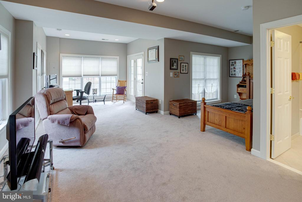 Lots of space for spreading out! - 24960 ASHGARTEN DR, CHANTILLY