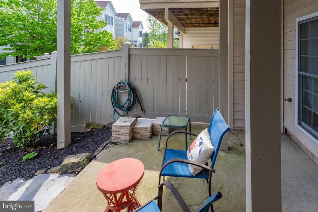 Cozy patio underneath deck - 24960 ASHGARTEN DR, CHANTILLY