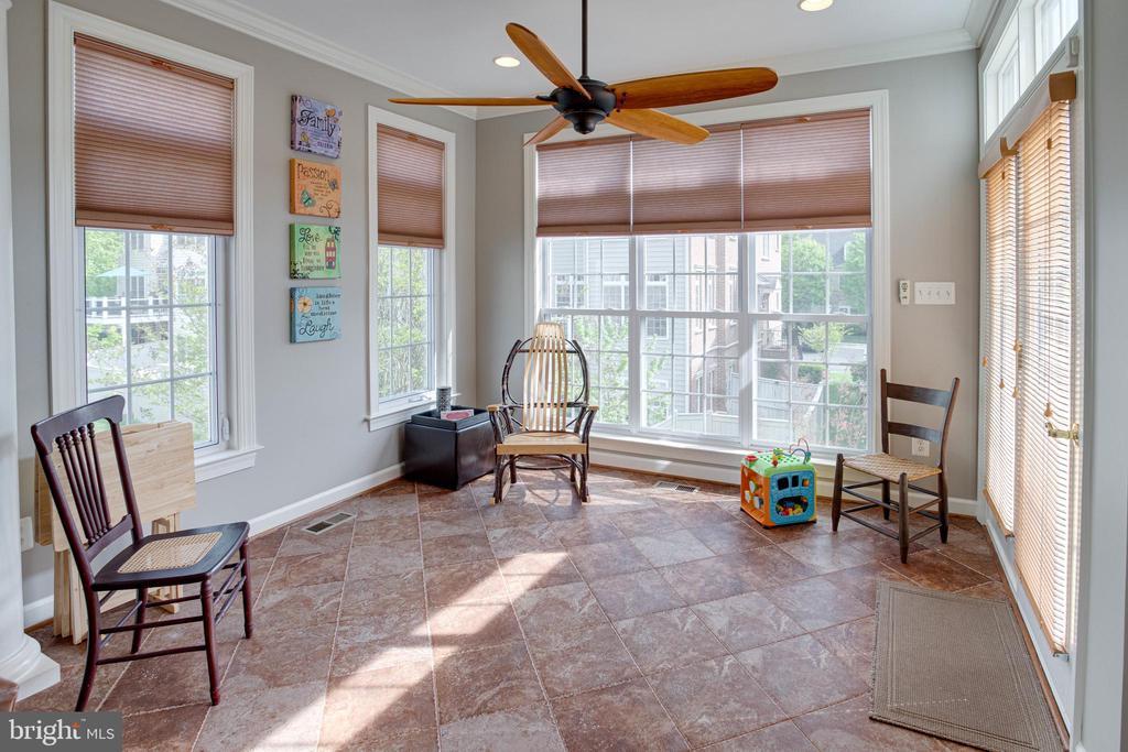 Spacious sunroom - 24960 ASHGARTEN DR, CHANTILLY
