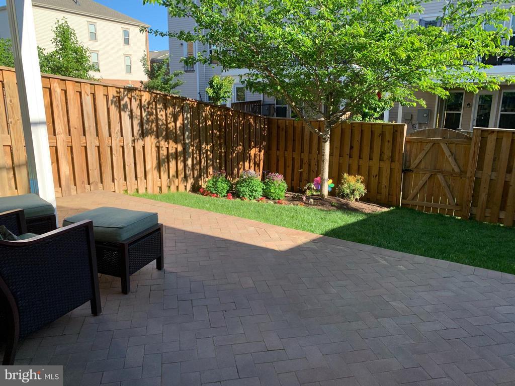 Fenced in back yard with patio! - 42266 KNOTTY OAK TER, BRAMBLETON