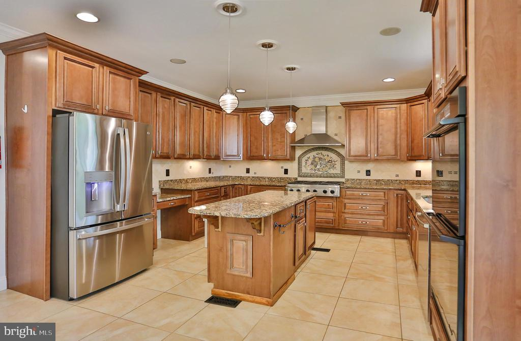 Gourmet Kitchen with Brand New Fridge - 7215 TANAGER ST, SPRINGFIELD