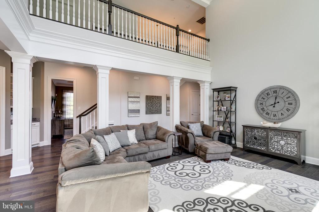 The open concept is warm and niting. - 2094 TWIN SIX LN, DUMFRIES