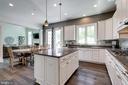 Center kitchen island - 2094 TWIN SIX LN, DUMFRIES