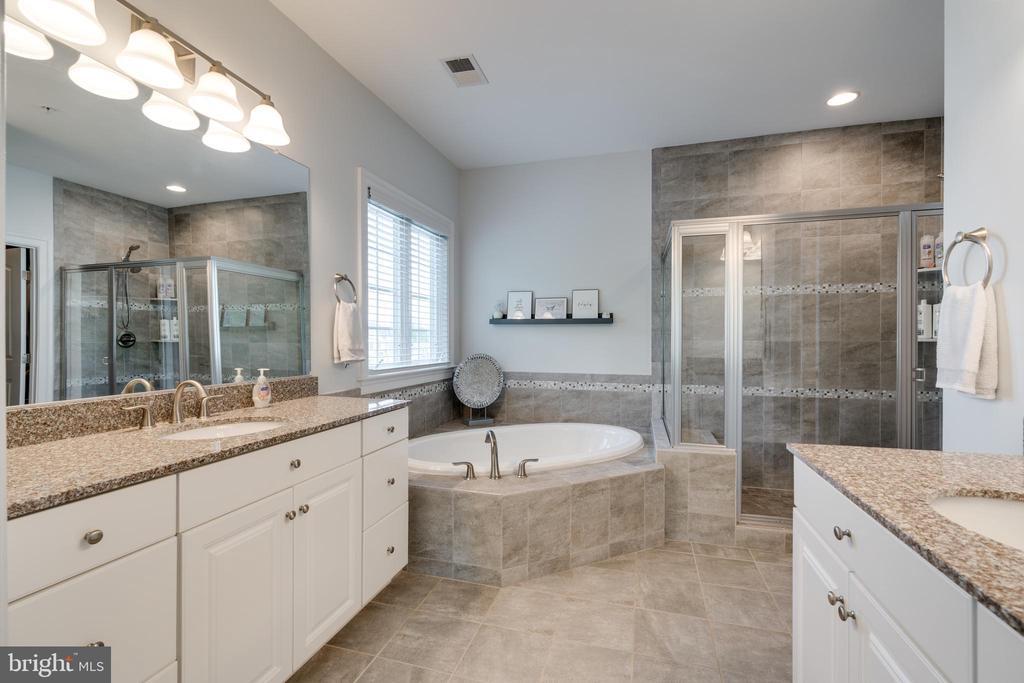 Spa-like bath offers a corner oval soaking tub and - 2094 TWIN SIX LN, DUMFRIES