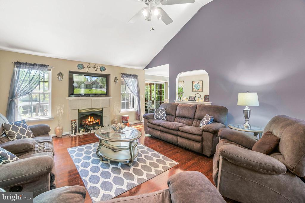 Family room with gas fireplace and vaulted ceiling - 118 MONTICELLO CIR, LOCUST GROVE