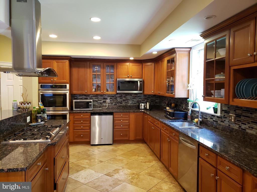 Large kitchen - 1035 S IRONWOOD RD, STERLING