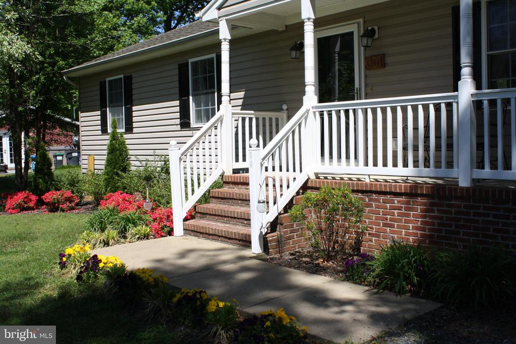 Enjoy the cozy front porch and beautiful flowers - 301 BURR DR, RUTHER GLEN