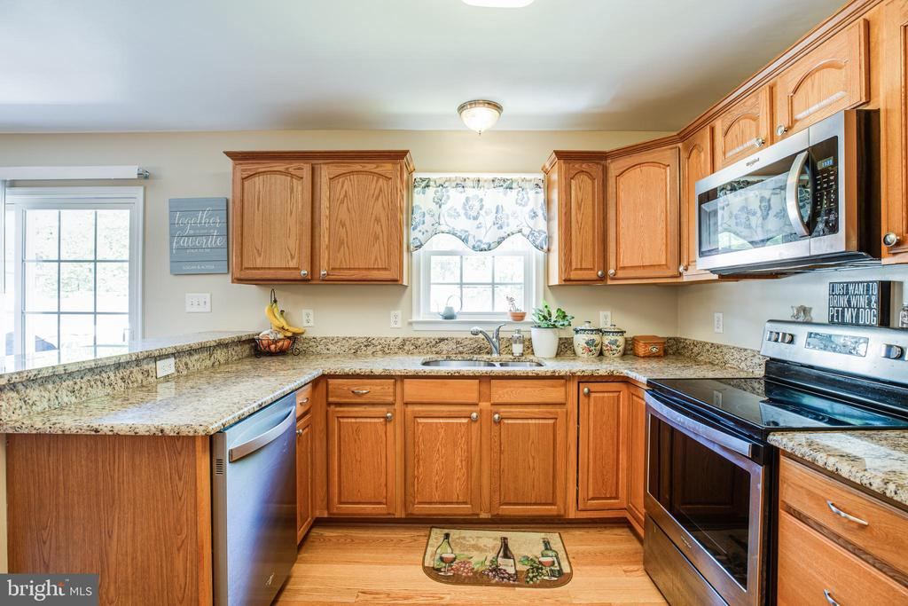 Beautiful granite countertops and wood cabinets - 301 BURR DR, RUTHER GLEN