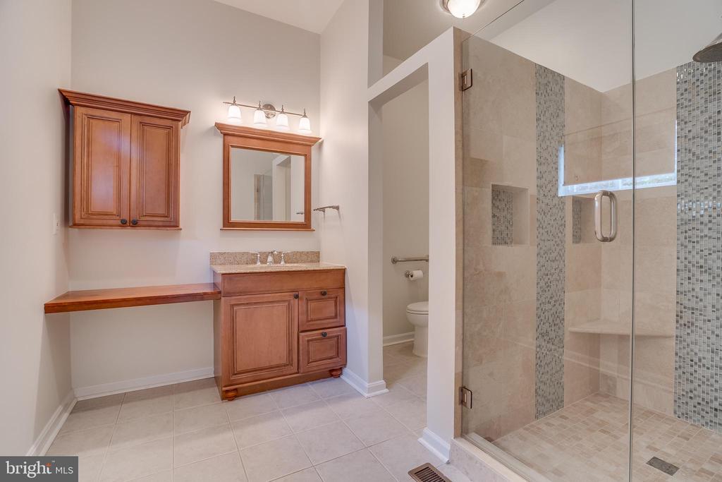 Bedroom main level Full bath 1 - 916 N CLEVELAND ST, ARLINGTON