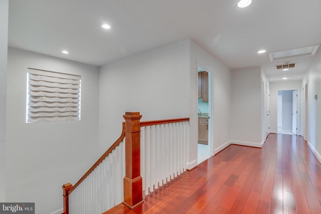 Hallway upper level - 916 N CLEVELAND ST, ARLINGTON