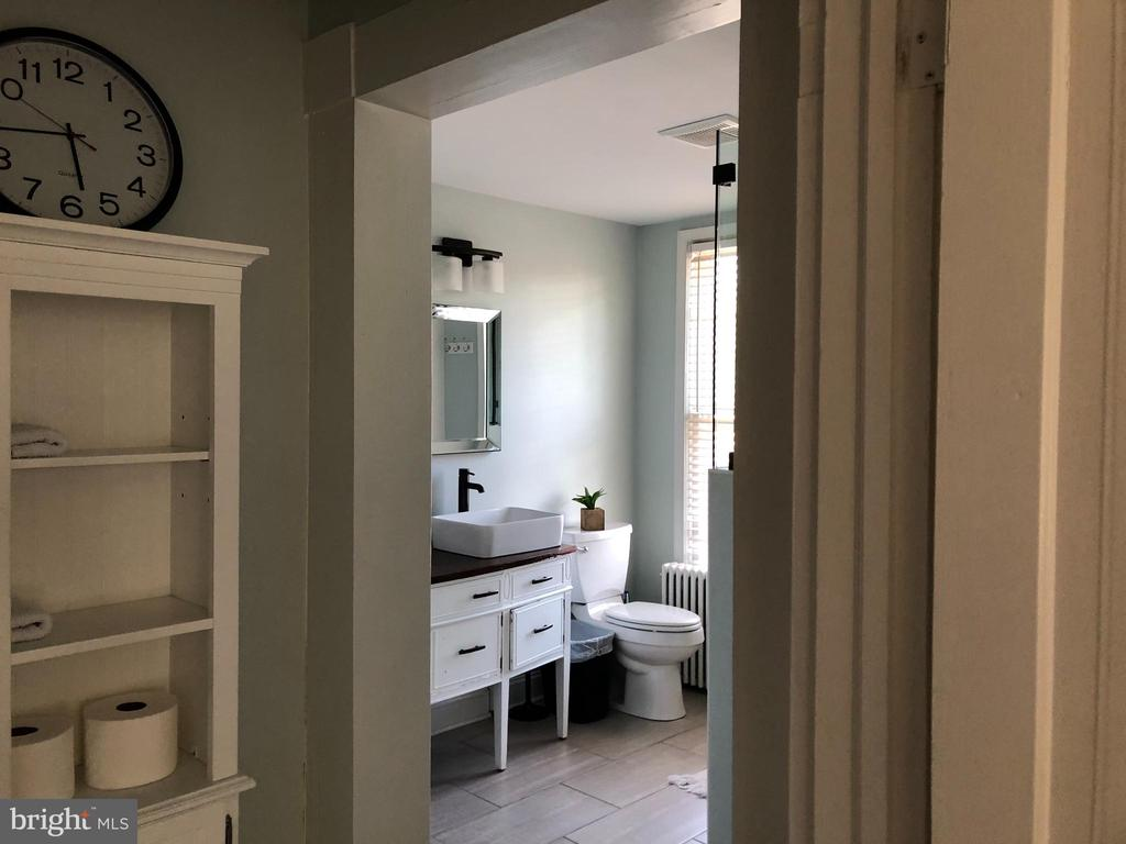 Not a small bath. - 310 AMHERST ST, WINCHESTER