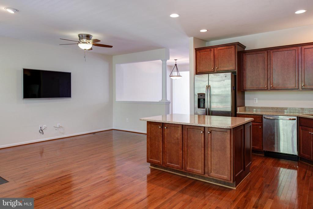 Eat-in-kitchen adjoins with family room - 42740 OGILVIE SQ, ASHBURN