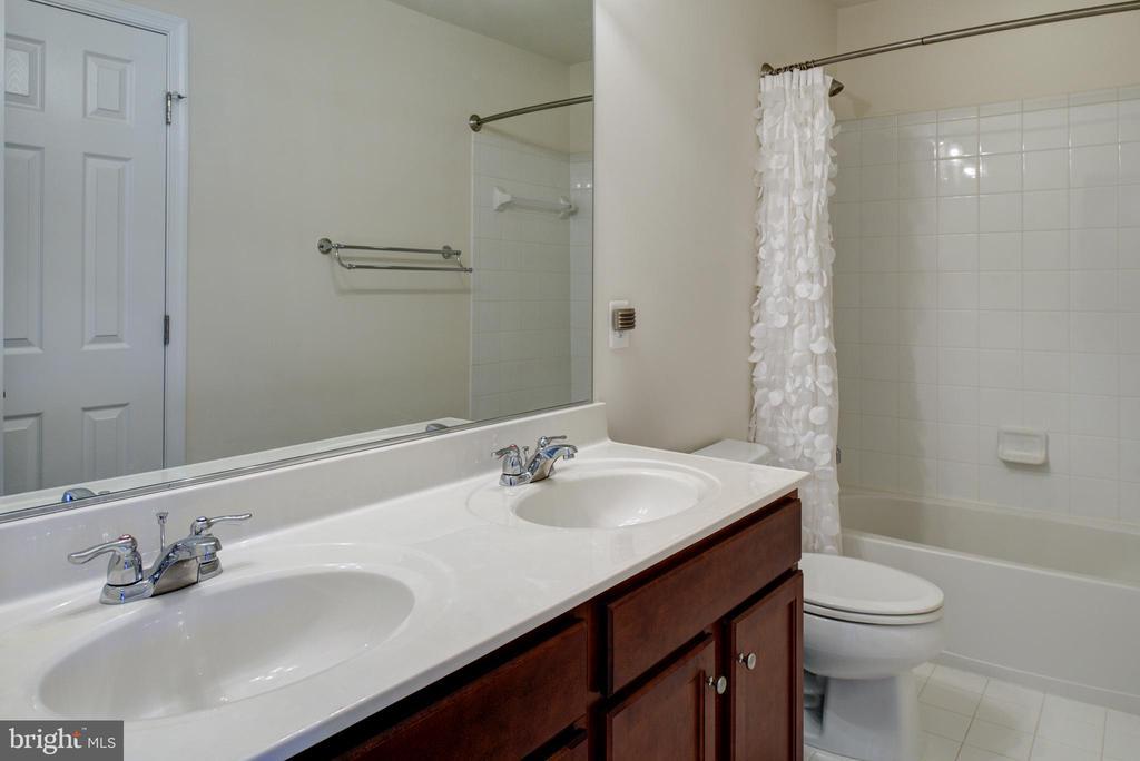 Second floor hall full bathroom with double sink - 42740 OGILVIE SQ, ASHBURN