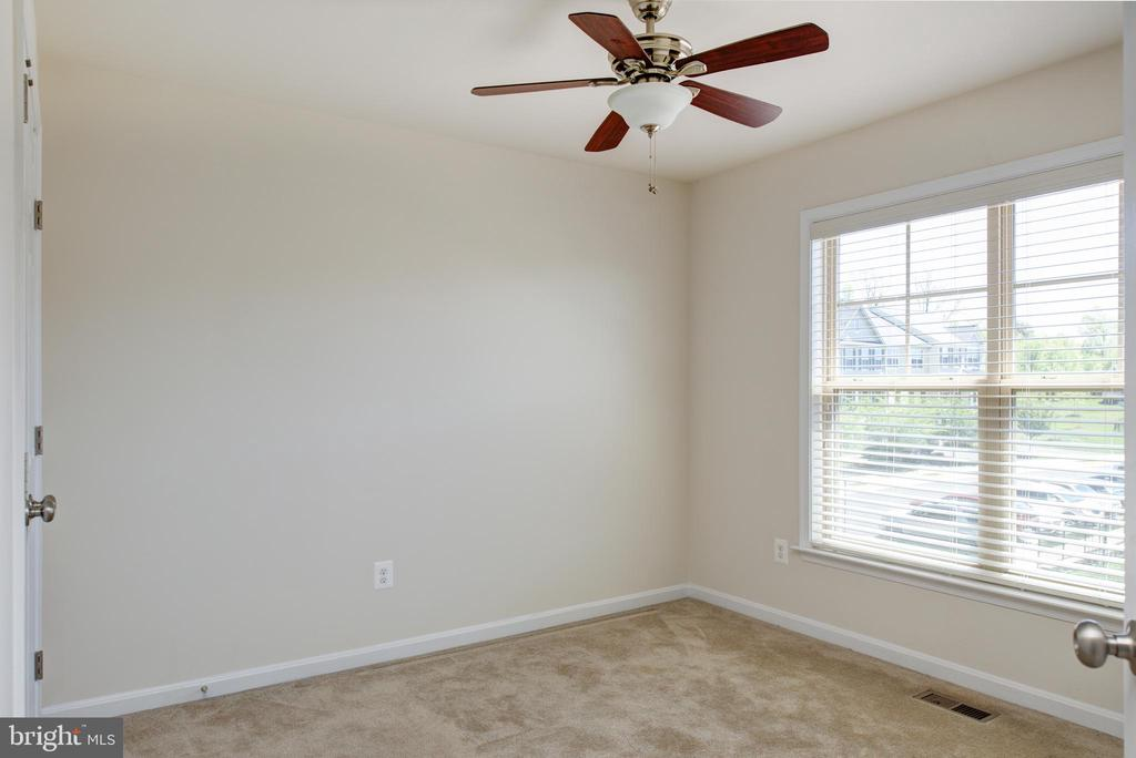 Second upstairs bedroom with ceiling fan - 42740 OGILVIE SQ, ASHBURN