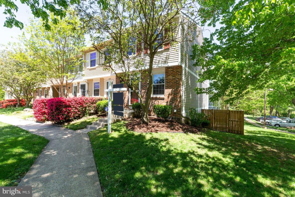 Beautiful end-unit with extended yard - 12110 PURPLE SAGE CT, RESTON