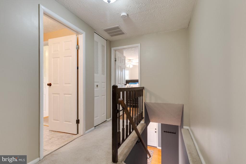 Upper level hallway - 12110 PURPLE SAGE CT, RESTON