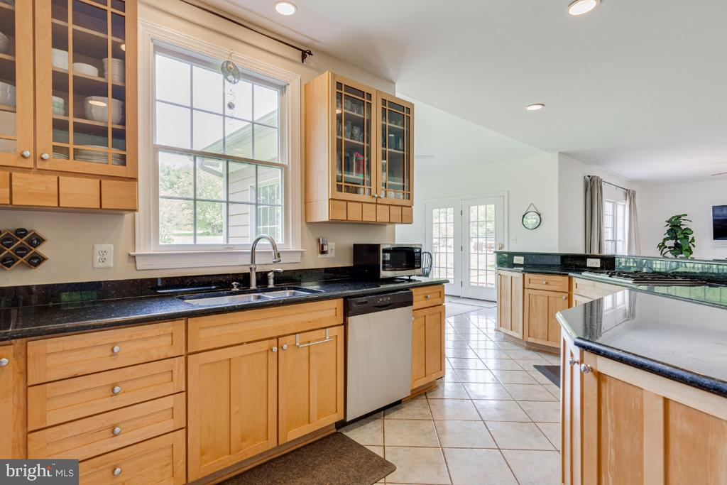 Chef's spacious kitchen with granite counters - 42308 GREEN MEADOW LN, LEESBURG