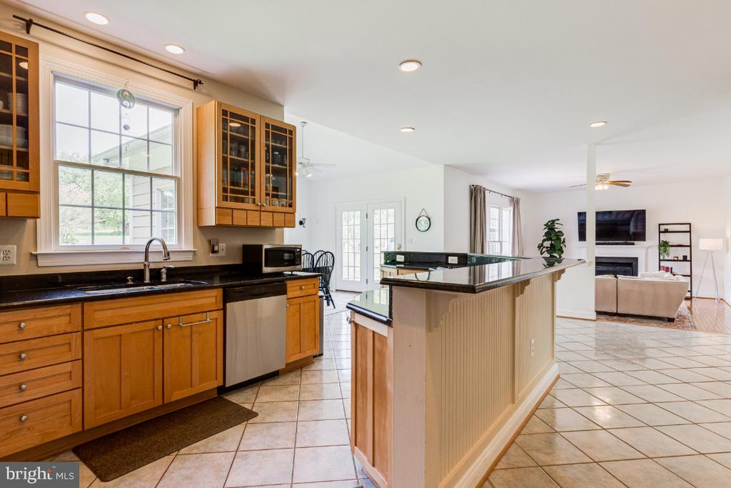 Chef's kitchen with upgraded cabinets - 42308 GREEN MEADOW LN, LEESBURG
