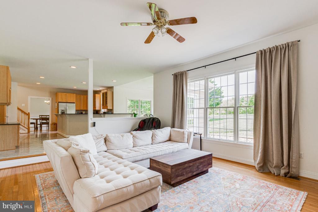 Family room overlooking kitchen - 42308 GREEN MEADOW LN, LEESBURG