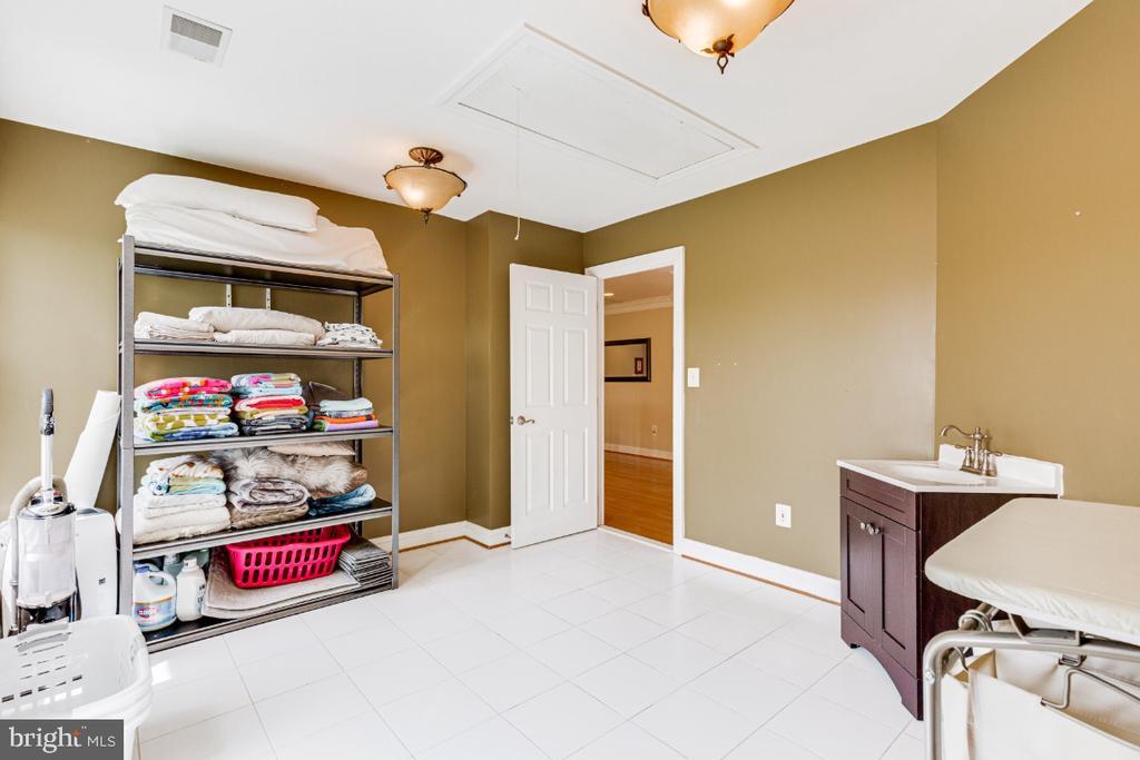 Alt pic of bedroom/laundry Room - 42308 GREEN MEADOW LN, LEESBURG