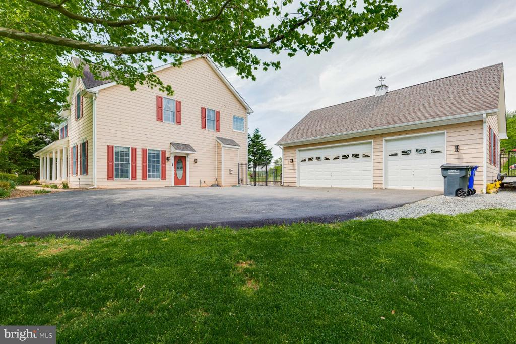 View of side of home and 3 car detached garage - 42308 GREEN MEADOW LN, LEESBURG