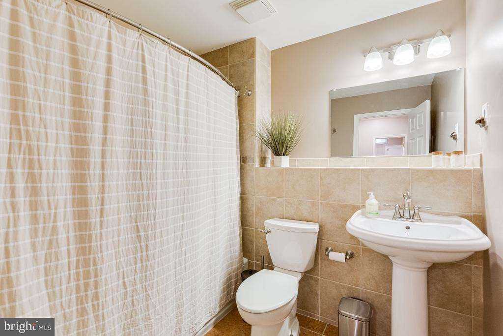 Lower level full bath - 42308 GREEN MEADOW LN, LEESBURG