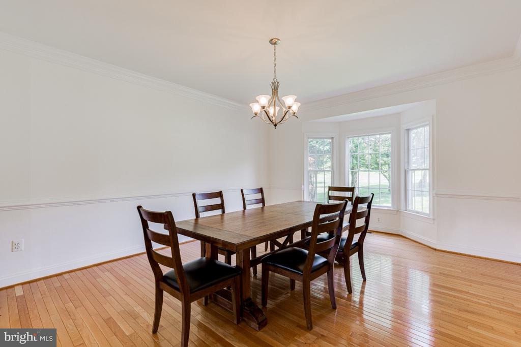 Formal dining room with bay window - 42308 GREEN MEADOW LN, LEESBURG