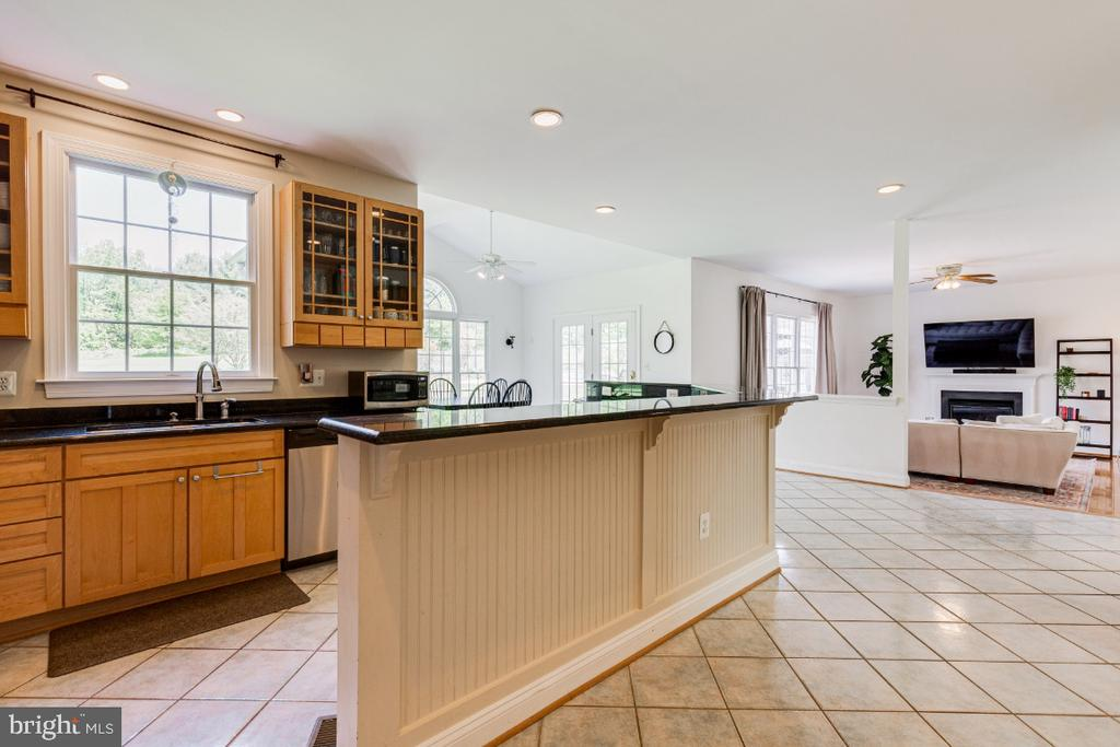 Spacious chef's kitchen - 42308 GREEN MEADOW LN, LEESBURG