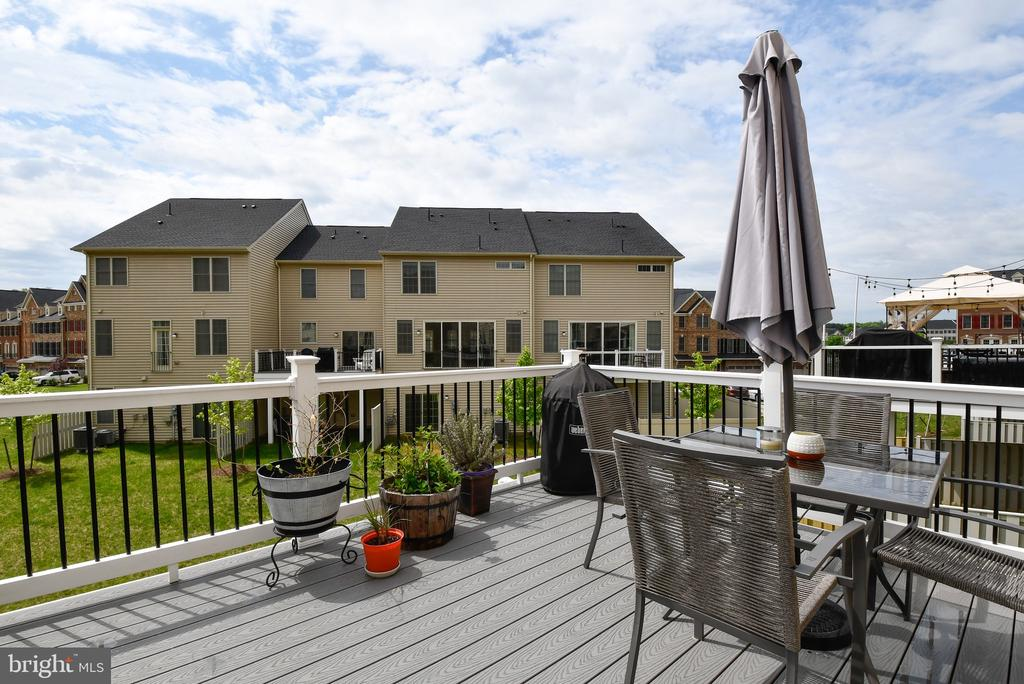 Large deck for entertaining - 42615 LISBURN CHASE TER, CHANTILLY