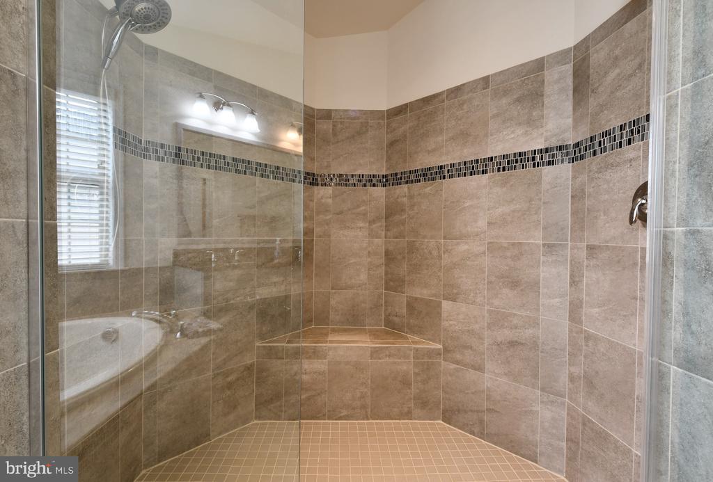 Huge walk-in shower - 42615 LISBURN CHASE TER, CHANTILLY