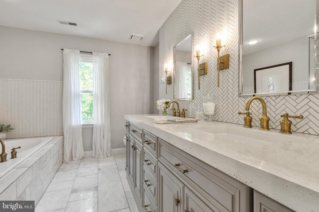 Stunning upgraded Master Bath - 10213 N HAMPTON LN, FREDERICKSBURG