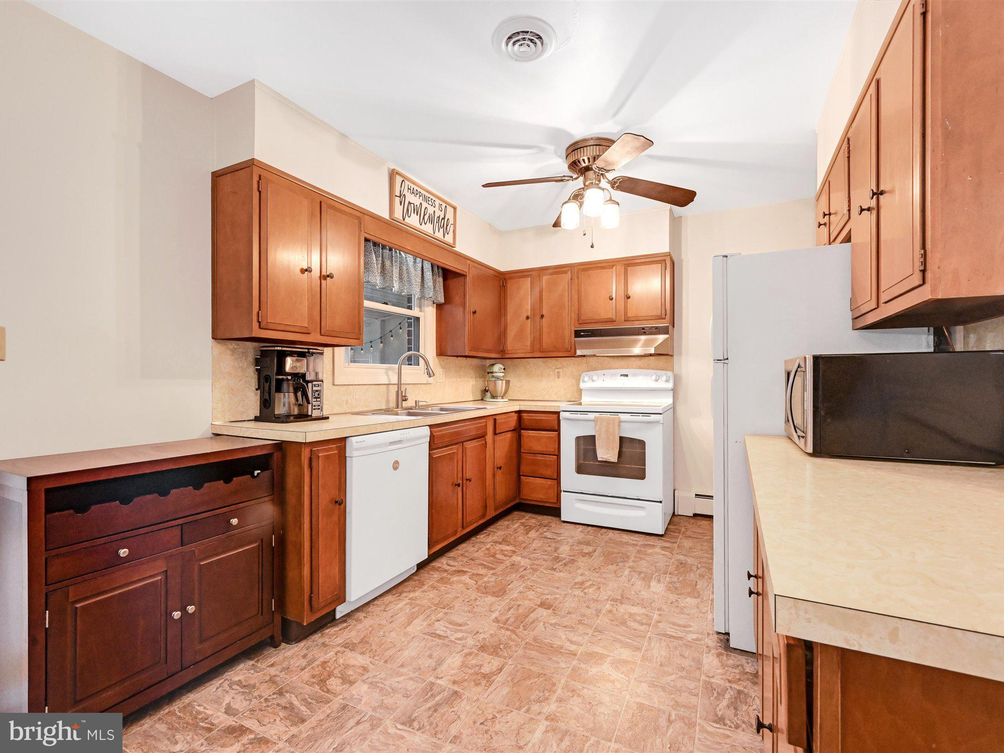 Kitchen - all appliances stay