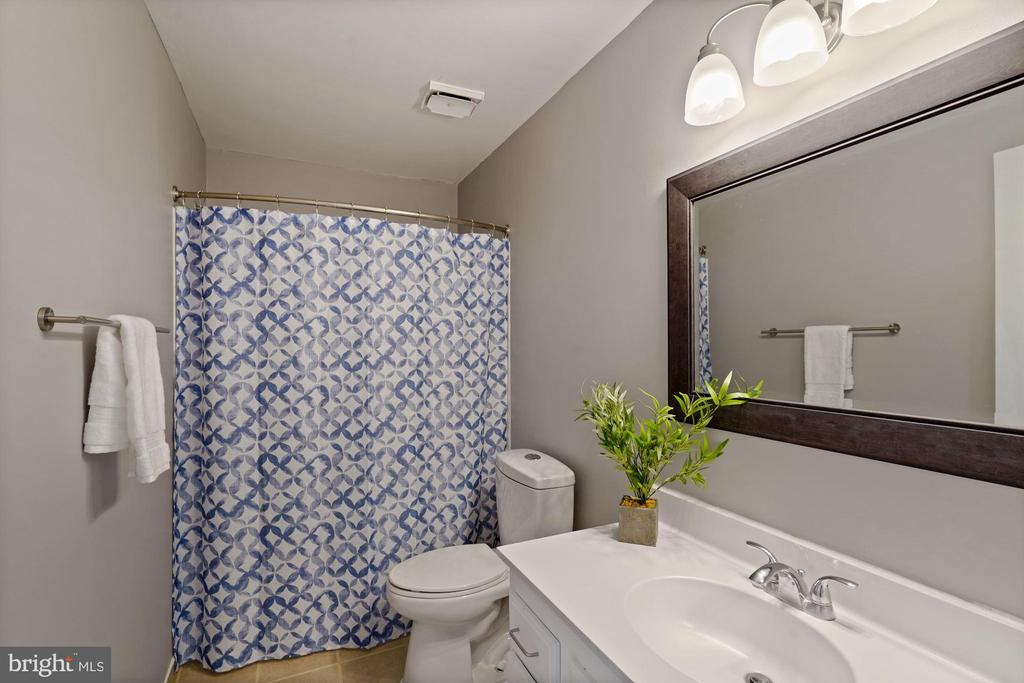 Shared Bathroom - 10204 SCARBOROUGH COMMONS CT, BURKE