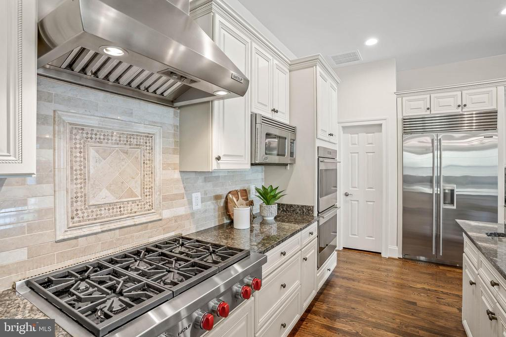 Upgraded luxurious WOLF and VIKING appliances - 20585 STONE FOX CT, LEESBURG