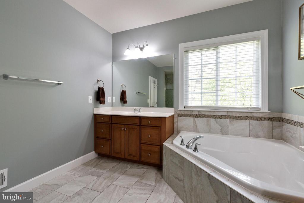 Primary Bathroom with double vanities, soaking tub - 15080 ADDISON LN, WOODBRIDGE