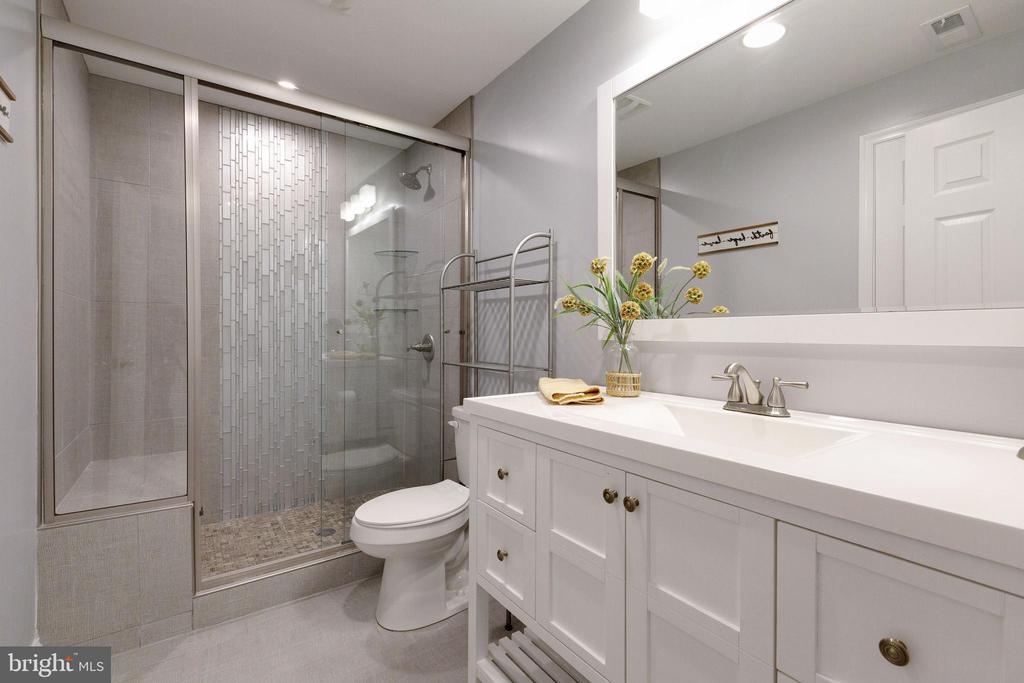 Upgraded basement bathroom - 15080 ADDISON LN, WOODBRIDGE