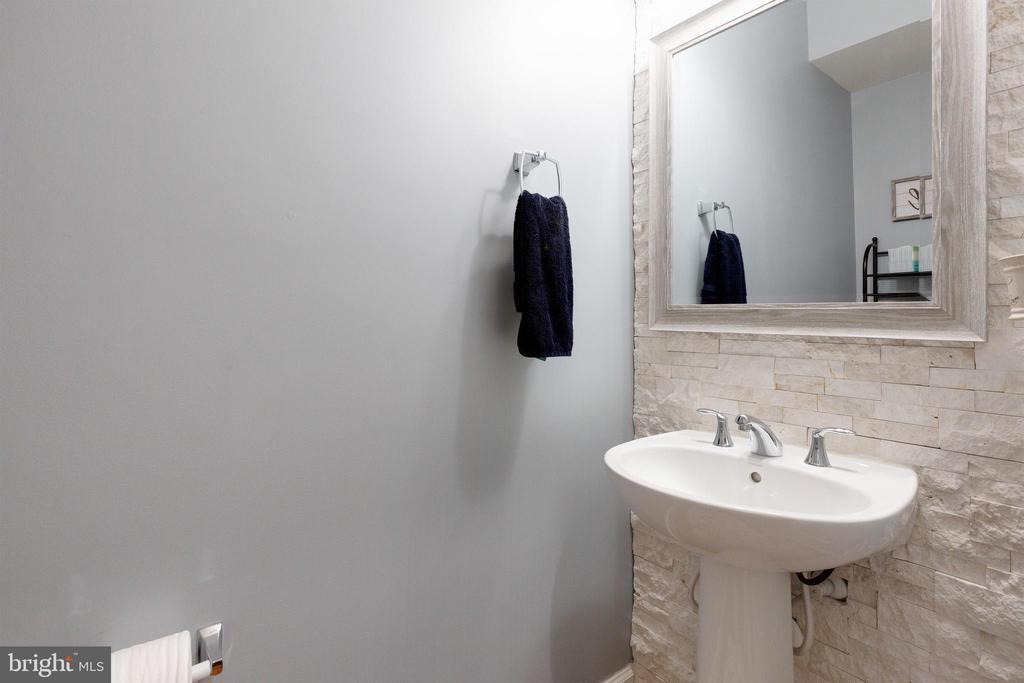 Main level 1/2 bath - 15080 ADDISON LN, WOODBRIDGE