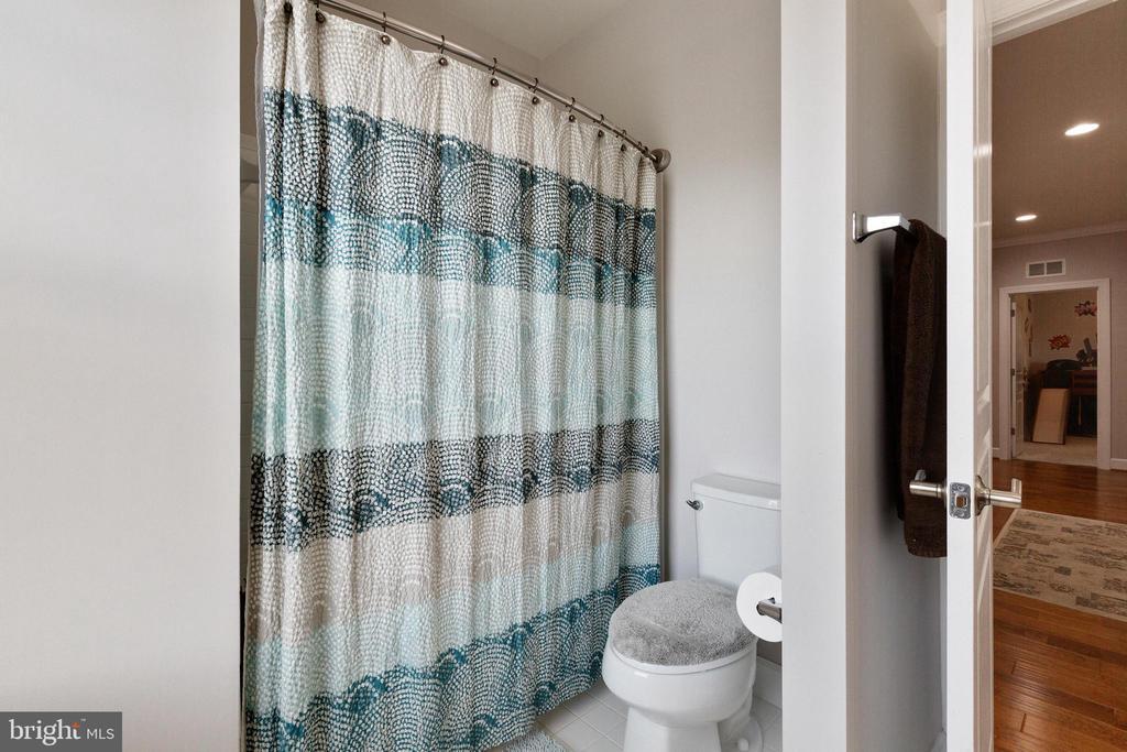 Third full bath on second level - 15080 ADDISON LN, WOODBRIDGE
