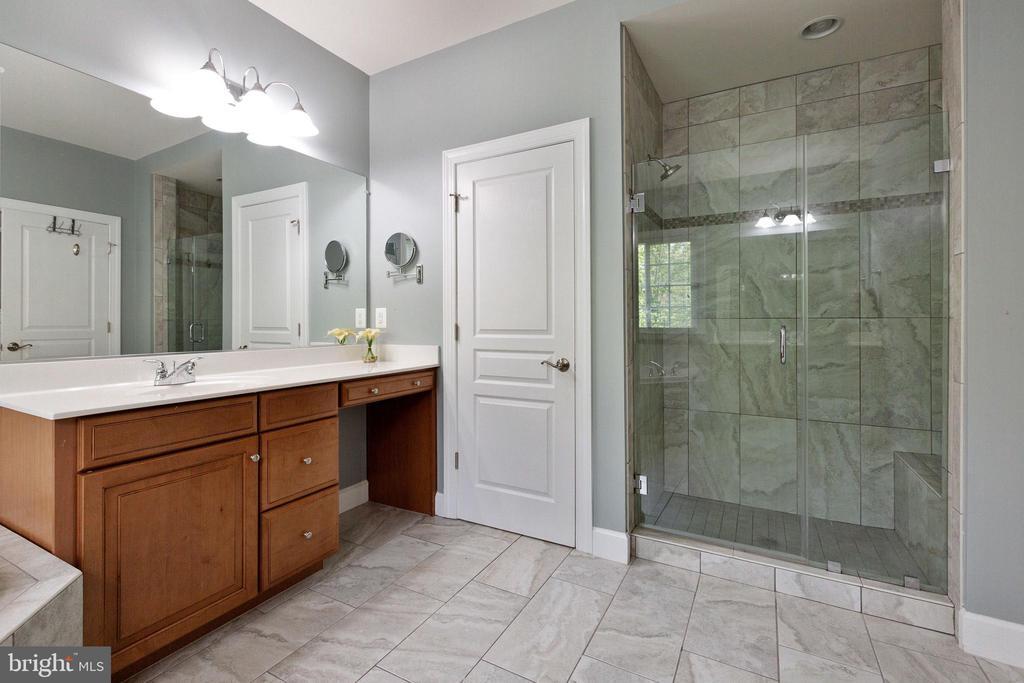 Over sized shower, upgraded tile and glass - 15080 ADDISON LN, WOODBRIDGE