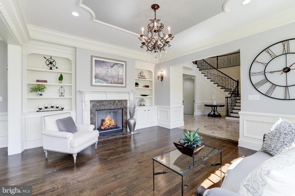 Living Room - Built-in Shelving - 957 MACKALL FARMS LN, MCLEAN