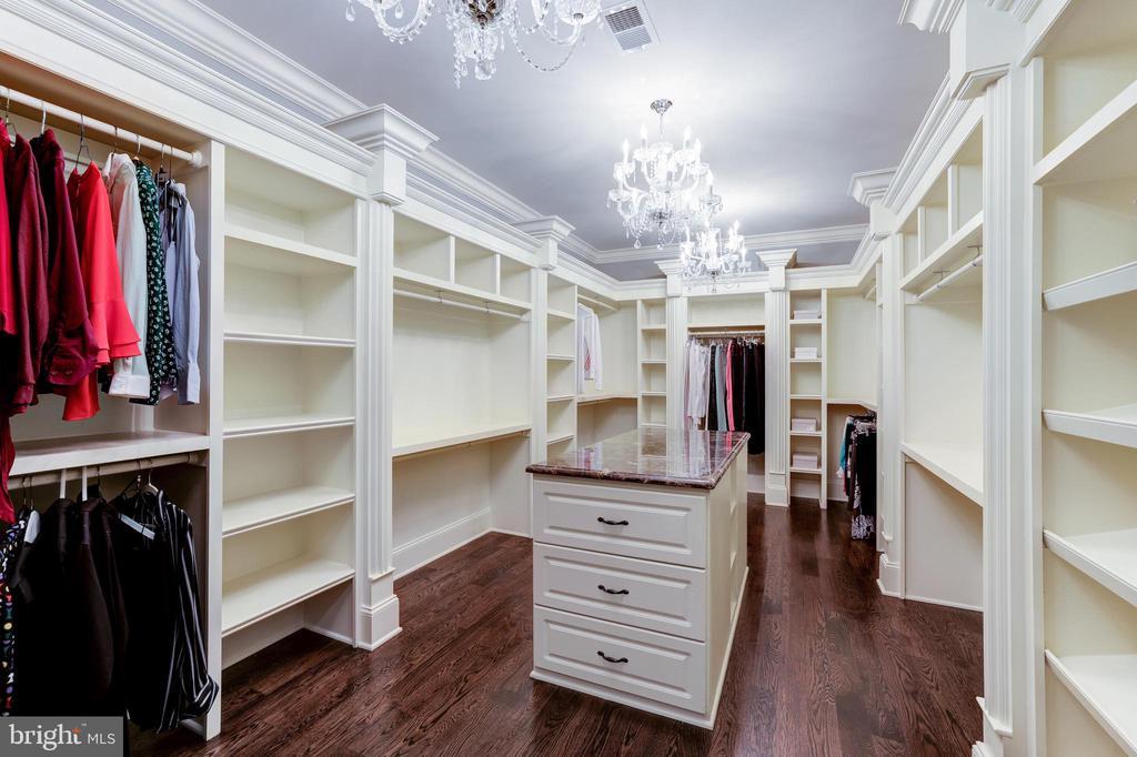 Owner's Suite Dressing Room Closet - 957 MACKALL FARMS LN, MCLEAN
