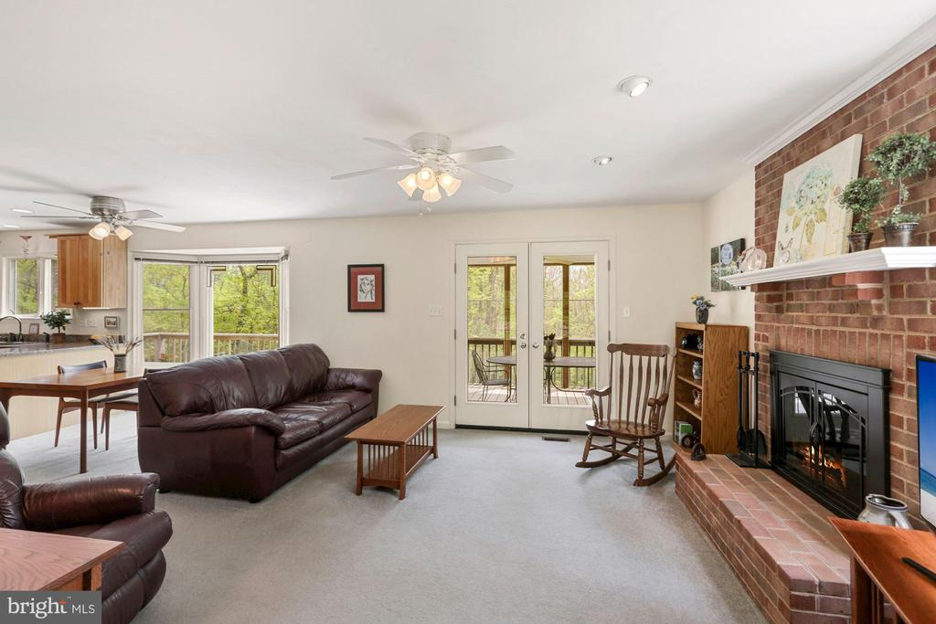 FR leads to screened in porch &wood burning Firepl - 17914 RAVEN ROCKS RD, BLUEMONT